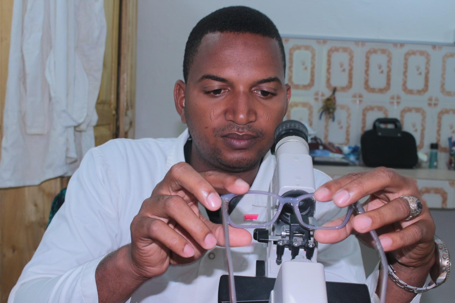Maazou BOULANKI  Opticien sortit de l'IOTA, il est généralement appelé le lunetier de l'HOSAT